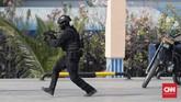 Setelah lokasi dinyatakan steril kode Bravo Zulu kemudian diumumkan sebagai sinyal bahwa misi berhasil dilaksanakan dan dilanjutkan dengan penyerahan teroris yang berhasil di tangkap kepada satuan kewilayahan dan kepolisian. (CNN Indonesia/Adhi Wicaksono)