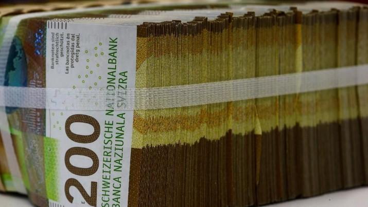 Uang kertas 50-Swiss-franc (C) terletak di antara yang lain di dalam sebuah kotak di sebuah bank Swiss di Zurich, Swiss 9 April 2019. (REUTERS / Arnd Wiegmann)