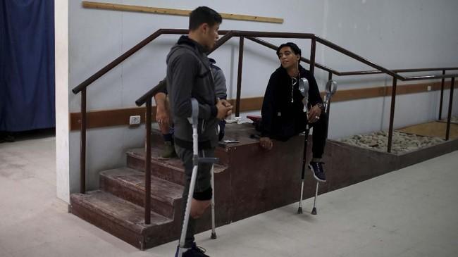Selain Qassem, Suhaib Qudeih dan adiknya, Nazeeha, juga mendapatkan kaki palsu karena mereka harus diamputasi akibat luka hasil tembakan tentara Israel. (Reuters/Mohammed Salem)