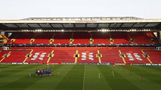 Skuat FC Porto menjalani latihan terakhir jelang melawan Liverpool dengan menjajal lapangan Stadion Anfield. (Reuters/Jason Cairnduff)