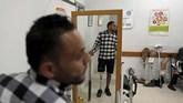 Kaki palsu itu diberikan oleh Gaza Artificial Limb and Polio Center, lembaga yang didirikan oleh pemerintah daerah Gaza. (Reuters/Mohammed Salem)