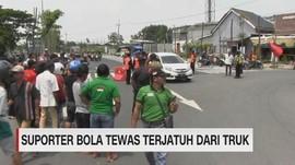 VIDEO: Suporter Bola Tewas Terjatuh dari Truk