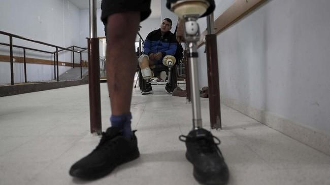 Qassem adalah salah satu dari 136 pemuda yang diamputasi akibat luka saat bentrokan. Saat demonstrasi berlangsung, Qassem sedang duduk bersama teman-temannya dan tiba-tiba kakiknya terkena timah panas. (Reuters/Mohammed Salem)