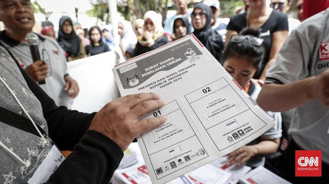 Bagi pemilih disabilitas netra tersedia template braile sebagai pemandu pilihan saat mencoblos. (CNNIndonesia/Safir Makki)
