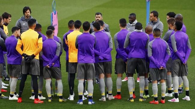 Pelatih FC Porto Sergio Conceicao memberi pengarahan kepada para pemain. Porto lolos ke perempat final dengan menyingkirkan AS Roma di babak 16 besar. (Reuters/Jason Cairnduff)