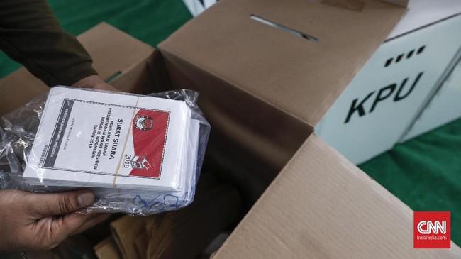 Petugas Panita Pemilihan Kecamatan (PPK) memasukkan surat suara Pemilu 2019 ke dalam kotak surat suara yang akan didistribusikan pekan depan ke TPS di Gelanggang Remaja Tanah Abang, Jakarta, Rabu, 10 April 2019. Ada 125.220 pemilih yang terdaftar di wilayah Kecamatan Tanah Abang. (CNNIndonesia/Safir Makki)