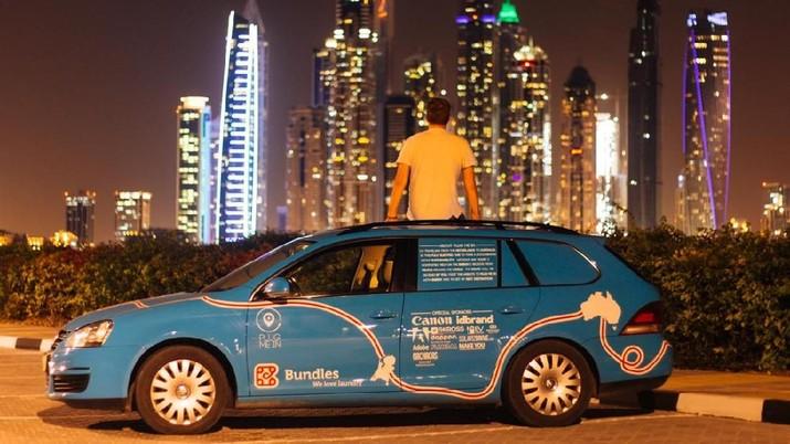 Petualang Belanda Wiebe Wakker dalam perjalanan mobil listriknya dari Belanda ke Australia, di Dubai, UEA Desember 2016 dalam gambar ini diperoleh dari media sosial. Foto diambil Desember 2016. (WIEBE WAKKER / PLUG ME IN PROJECT / via REUTERS)