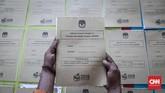Setelah semua logistik Pemilu 2019 untuk suatu wilayah kecamatan dinyatakan sudah lengkap. Pemeriksaan ulang pun dilakukan untuk mengantisipasi kekurangan logistik di TPS. (CNNIndonesia/Safir Makki)