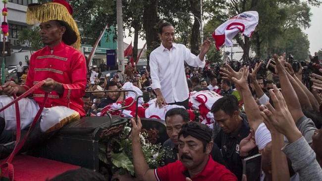 Calon Presiden no urut 01 Joko Widodo menggelar kampanye terbuka di Solo, Jawa Tengah, Selasa (9/4). Solo adalah kampung halama Jokowi di mana ia pernah jadi wali kota. (ANTARA FOTO/Mohammad Ayudha)