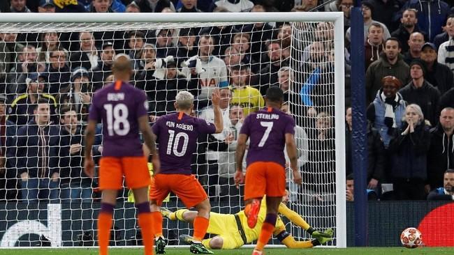 Tim tamu Man City memiliki kesempatan unggul pada menit ke-13 lewat penalti Sergio Aguero setelah Danny Rose dinyatakan hand ball. Akan tetapi kiper Hugo Lloris tampil gemilang dengan memblok tembakan Aguero yang mengarah ke sisi kiri. (REUTERS/Peter Nicholls)