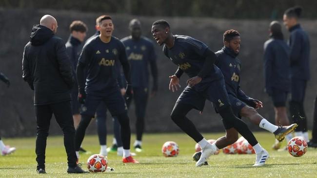 Gelandang Manchester United Paul Pogba dan Fred menjalani latihan jelang melawan Barcelona. Man United sangat berharap Paul Pogba bisa menunjukkan permainan terbaik melawan Barcelona. (Reuters/Lee Smith)