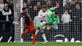 Kiper Man CityEderson Moraes berduel dengan Dele Alli. Ini jadi pertandingan keempat bagi Ederson melawan Tottenham. (REUTERS/Peter Nicholls)