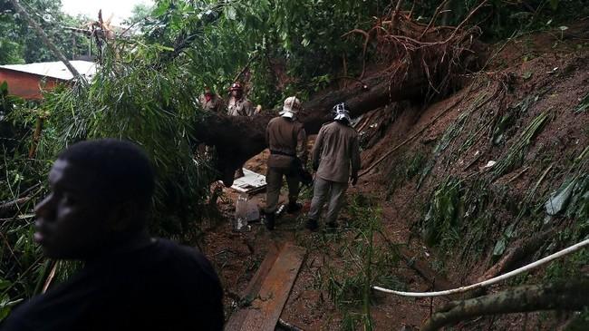 Hujan deras di Rio de Janeiro, Brasil, memicu tanah longsor. Sebanyak enam orang meninggal dalam kejadian itu. (REUTERS/Pilar Olivares)