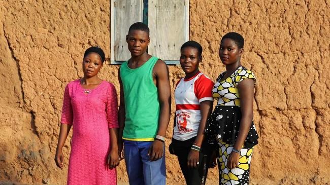 Kelahiran anak kembar adalah ihwal lumrah bagi kelompok etnis Yoruba, yang mendominasi penduduk Igbo Ora. (REUTERS/Afolabi Sotunde)
