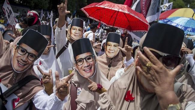 Pendukung mengenakan topeng pasangan Capres dan Cawapres nomor urut 02 Prabowo Subianto-Sandiaga Uno saat mengikuti kampanye terbuka di Stadion Sriwedari, Solo, Jawa Tengah, Rabu (10/4). (ANTARA FOTO/Mohammad Ayudha)