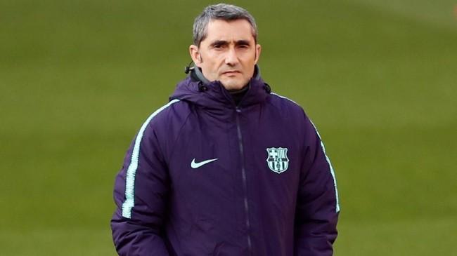 Pelatih Ernesto Valverde memimpin latihan terakhir Barcelona jelang melawan Manchester United pada leg pertama perempat final Liga Champions. (Reuters/Lee Smith)