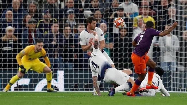 Raheem Sterling melakukan percobaan gol ke gawang Tottenham meski dibayangi bek lawan. Setelah itu wasit Bjorn Kuipers meninjau VAR dan menunjuk penalti untuk Man Cityusai menyatakan bekDanny Rose melakukan hand ball.(REUTERS/Peter Nicholls)