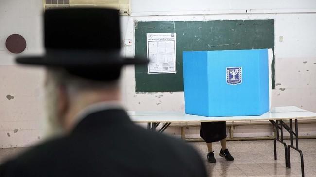 Israel menggelar pemilihan umum parlemen pada Selasa (9/4). Pemungutan suara dilakukan sejak pukul 07.00 sampai 19.00 waktu setempat. (AP Photo/Oded Balilty)