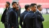 Cristiano Ronaldo dan para pemain Juventus mengamati kondisi lapangan di Stadion Johan Cruijff Arena jelang melawan Ajax Amsterdam, Selasa (9/4). (REUTERS/Piroschka Van De Wouw)