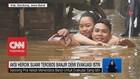 VIDEO: Suami Nekat Menerobos Banjir Untuk Evakuasi Sang Istri