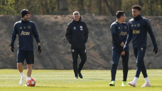 Manajer Manchester United Ole Gunnar Solskjaer memimpin jalannya latihan dengan Juan Mata, Alexis Sanchez, dan Jesse Lingard menjalani latihan. (Reuters/Lee Smith)