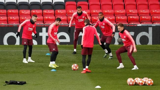 Sejumlah pemain Barcelona, termasuk Lionel Messi, Ivan Rakitic, dan Kevin-Prince Boateng, melakukan 'kucing-kucingan' pada latihan terakhir jelang melawan Manchester United. (Reuters/Lee Smith)