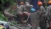 Sedangkan seorang ibu beserta anak dan sopir meninggal setelah taksi yang mereka tumpangi tertimbun material longsor. (REUTERS/Ricardo Moraes)