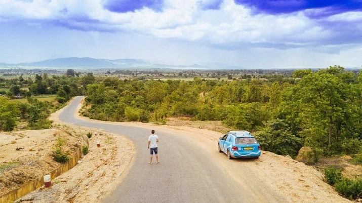 Wiebe Wakker melakukan perjalanan terpanjang di dunia dengan menggunakan mobil listrik.
