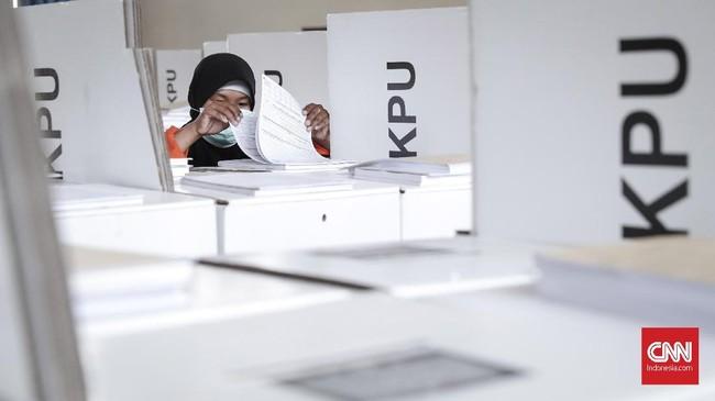 Proses distribusi surat suara mulai 14 April dari KPU Kota ke Panitia Pemungutan Suara (PPS) atau tiga hari jelang hari pencoblosan pada 17 April 2019. (CNNIndonesia/Safir Makki)