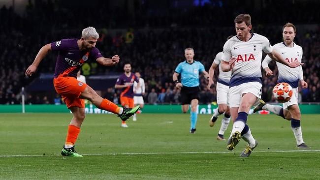 Gagal lewat percobaan penalti, Aguero terus berupaya membobol gawang Tottenham di laga tersebut. Tercatat Aguero melepaskan tiga tembakan ke gawang Tottenham dengan satu di antaranya tepat sasaran. (Action Images via Reuters/Paul Childs)