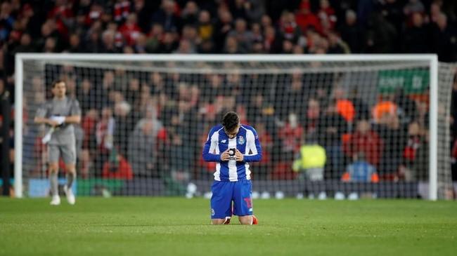 Pemain-pemain FC Porto menelan kecewa lantaran kalah di Anfield dan gagal membawa pulang gol tandang.(Reuters/Carl Recine)