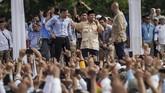 Sama seperti Jokowi, Prabowo juga memusatkan kampanye di Stadion Sriwedari, Solo. Ia didampingi sejumlah juru kampanye, termasuk Komandan Kogasma Partai Demokrat Agus Harimurti Yudhoyono (ANTARA FOTO/Mohammad Ayudha)