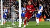 Roberto Firmino menceploskan bola setelah memanfaatkan umpan matang yang dikirimkan oleh Trent Alexander-Arnold. (Reuters/Carl Recine)