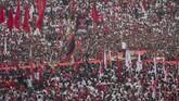 Massa tumpah ruah di Stadion Sriwedari di mana Jokowi menggelar kampanye. Solo sebagai kampung halaman juga adalah basis suara Jokowi. (ANTARA FOTO/Mohammad Ayudha)