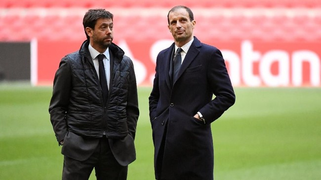 Presiden Juventus Andrea Agnelli dan pelatih Juventus Massimiliano Allegri berbicara di Stadion Johan Cruijff Arena. (REUTERS/Piroschka Van De Wouw)