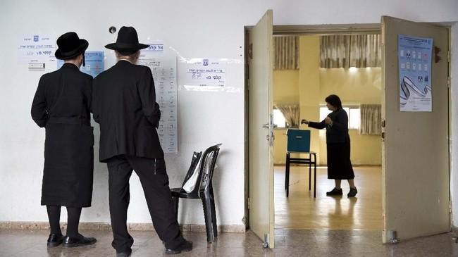 Militer Israel menutup seluruh kawasan Tepi Barat, Palestina yang mereka duduki sampai penghitungan suara selesai. (AP Photo/Oded Balilty)