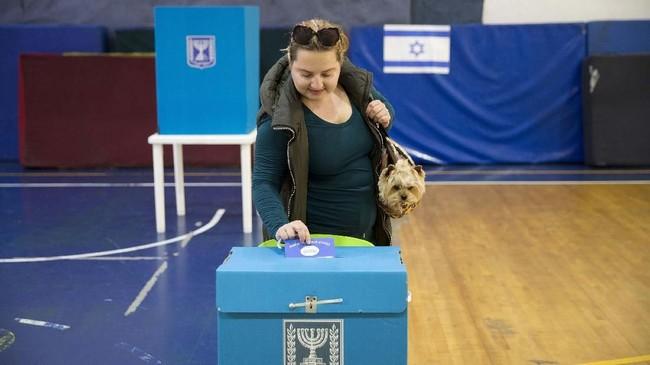 Netanyahu keluar sebagai pemenang setelah bersaing ketat dengan Gantz. Dia unggul sangat tipis dalam raihan posisi di parlemen, yakni berbeda satu kursi. (AP Photo/Oded Balilty)