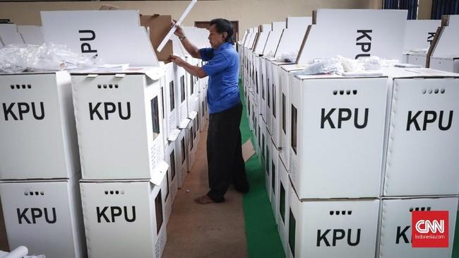Pantia Pemilihan Kecamatan (PPK) memasukkan sejumlah logistik pemilu ke dalam kotak suara di Gelanggang Remaja Tanah Abang, Jakarta, Rabu, 10 April 2019. (CNNIndonesia/Safir Makki)