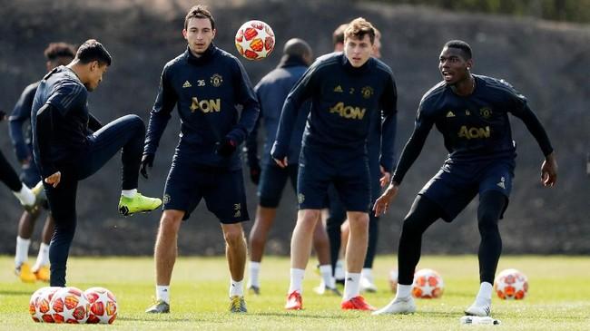 Para pemain Manchester United, Paul Pogba, Matteo Darmian, dan Alexis Sanchez menjalani latihan. Man United terakhir bertemu Barcelona pada final Liga Champions 2011 dan kalah 1-3 di Stadion Wembley. (Reuters/Lee Smith)