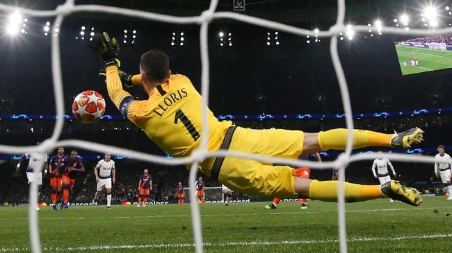 Membloktembakan Sergio Aguero menjadi penyelamatan penalti ketiga bagi Hugo Lloris di tahun 2019. Sebelumnya kiper timnas Perancis itu lebih dulu menggagalkan tembakan Jamie Vardy dan Pierre-Emerick Aubameyang. (Action Images via Reuters/Paul Childs)