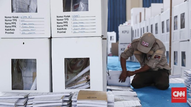 Petugas memeriksa kembali logistik Pemilu 2019 yang akan didistribusikan ke sejumlah TPS di wilayah Kecamatan Tanah Abang, Jakarta, Rabu, 10 April 2019. (CNNIndonesia/SafirMakki)
