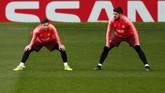 Dua bintang Barcelona Lionel Messi dan Luis Suarez melakukan pemanasan. Messi untuk kali kelima bertemu Manchester United di Liga Champions. (Reuters/Lee Smith)