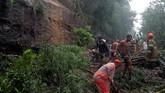 Sejumlah korban meninggal ditemukan tertimbun lumpur dan tanah di rumah mereka yang diterjang longsor. (REUTERS/Ricardo Moraes)