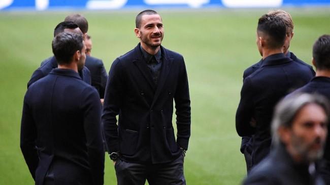Bek Juventus Leonardo Bonucci memantau Stadion Johan Cruijff Arena. Bonucci akan menjadi andalan lini belakang Juventus saat melawan Ajax. (REUTERS/Piroschka Van De Wouw)