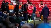 Penyerang Barcelona Lionel Messi dan Luis Suarez memasuki lapangan Stadion Old Trafford, Selasa (9/4), pada latihan terakhir jelang melawan Manchester United. (Reuters/Lee Smith)