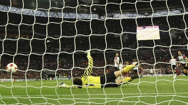 Setelah gol Pedro disamakan Wayne Rooney, Lionel Messi memecah kebuntuan dengan gol pada menit ke-54. Tendangan keras Messi dari luar kotak penalti tidak mampu dibendung kiper Edwin van der Sar. (AFP PHOTO / FRANCK FIFE)