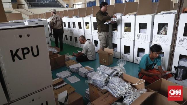 Logistik Pemilu 2019 berupa kertas surat suara, tinta untuk jari pemilih, stiker, lembaran penghitungan suara, sejumlah formulir dan kelengkapanPanitia Pemungutan Suara (PPS) dimasukan ke dalam satu kotak surat suara. (CNNIndonesia/Safir Makki)