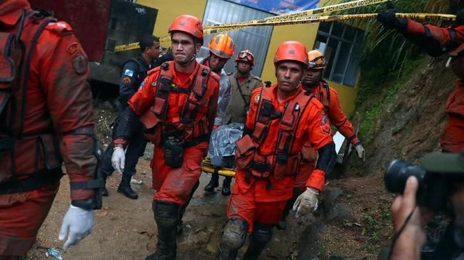 Pemerintah setempat meliburkan sekolah dan melarang warga bekerja karena dikhawatirkan terjebak longsor. (REUTERS/Pilar Olivares)
