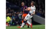 Penyerang andalan Tottenham Harry Kane mengalami cedera saat melawan Man City. Kane pun tidak bisa melanjutkan permainan dan digantikan Lucas Moura di menit ke-58. (Reuters/Paul Childs)