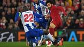 Winger Liverpool Mohamed Salah beruntung tidak mendapat kartu merah saat melawan FC Porto karena menghajar kaki Danilo Pereira. (Paul ELLIS / AFP)